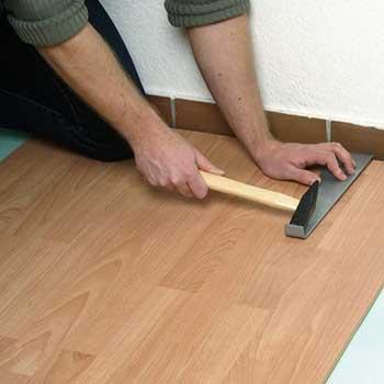 Для монтажа последней доски у стены используется скоба (струбцина).